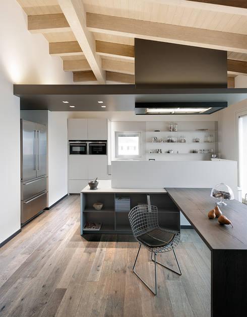 Attico mansardato: Cucina in stile  di BRANDO concept