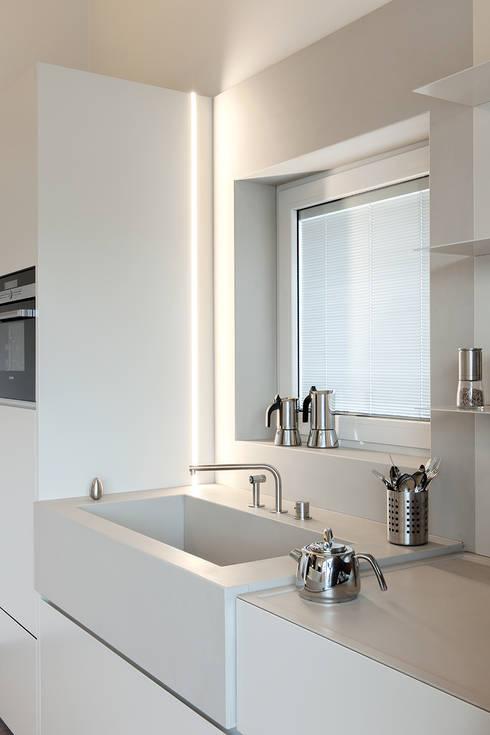 Attico mansardato: Cucina in stile in stile Moderno di BRANDO concept