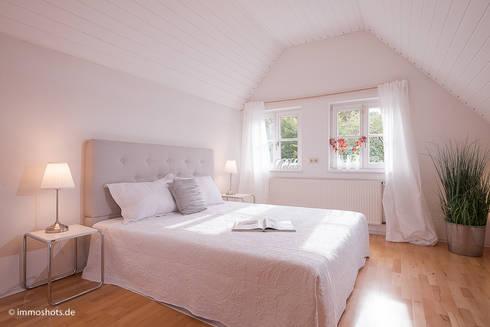 Single-Haus in Köln im mediterranen Stil : mediterrane Schlafzimmer von Immotionelles