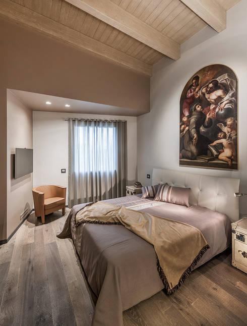 Attico mansardato: Camera da letto in stile  di BRANDO concept