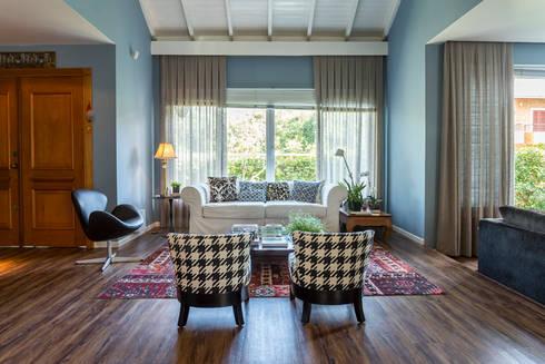 A charmosa casa de paredes azuis: Sala de estar  por Casa de Valentina