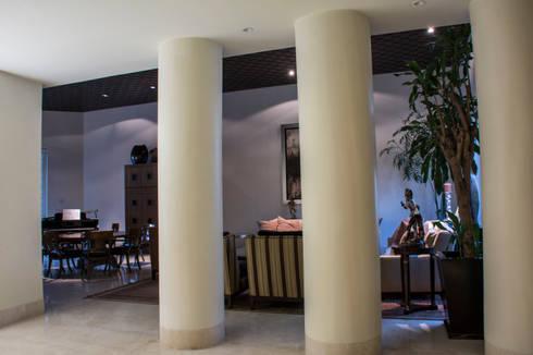 Vista desde foyer a sala : Pasillos y recibidores de estilo  por CH Proyectos