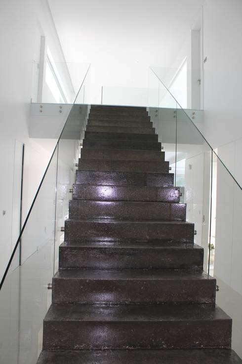 Corridor, hallway & stairs  by Miguel Ferreira Arquitectos