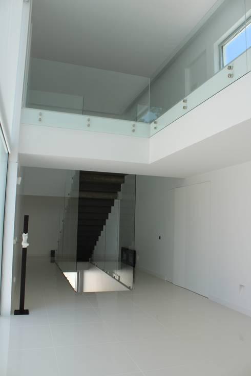 Pasillos y recibidores de estilo  por Miguel Ferreira Arquitectos