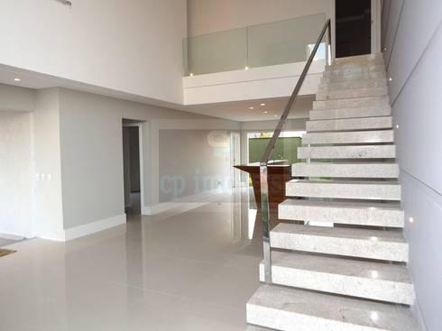 Casa J1: Corredores e halls de entrada  por Cipriani Arquitetura e Construção