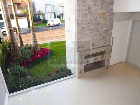 Casa J1: Jardins minimalistas por Cipriani Arquitetura e Construção