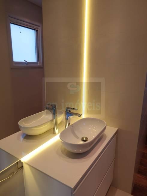 Casa J1: Casas de banho minimalistas por Cipriani Arquitetura e Construção