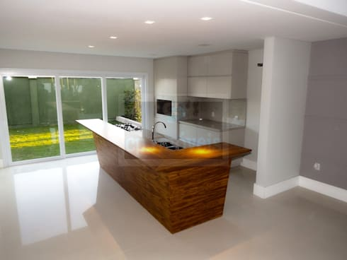 Casa J1: Cozinhas minimalistas por Cipriani Arquitetura e Construção