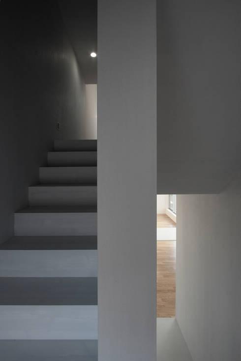 O House: 藤井直也デザイン事務所が手掛けた廊下 & 玄関です。