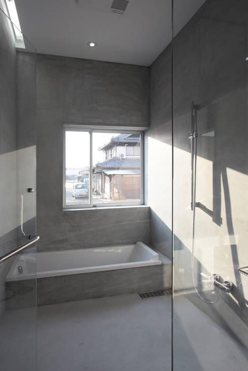 O House: 藤井直也デザイン事務所が手掛けた浴室です。