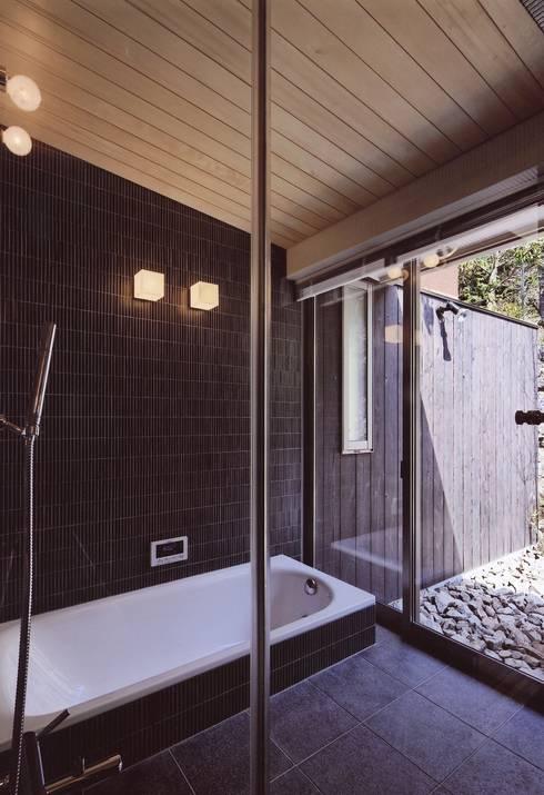 出石町の家: 一級建築士事務所 有限会社NEOGEO(ネオジオ)が手掛けた浴室です。