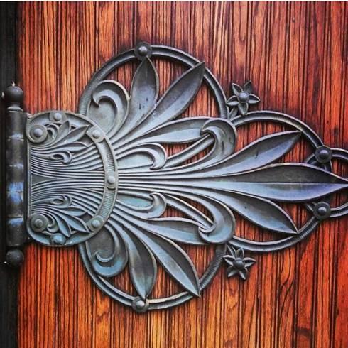 DEBRO: Puertas y ventanas de estilo clásico por DEBRO