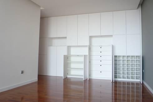 Apartamento no Porto: Salas de estar minimalistas por bkx arquitectos