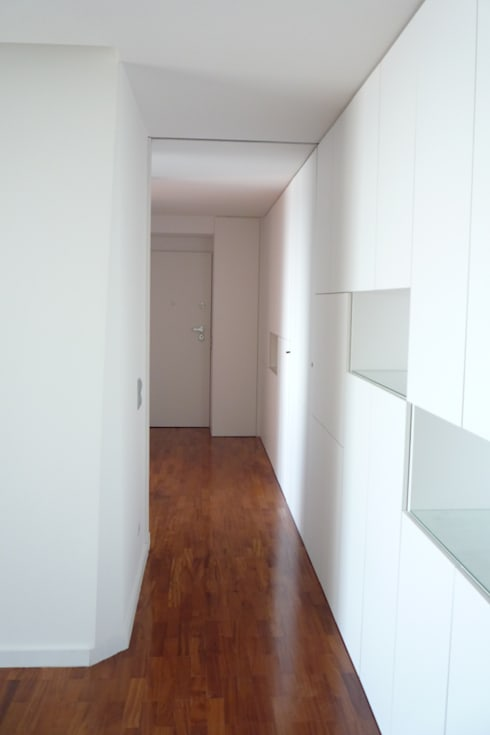 Apartamento no Porto: Corredores e halls de entrada  por bkx arquitectos