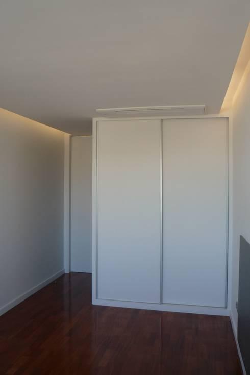Apartamento no Porto: Quartos minimalistas por bkx arquitectos