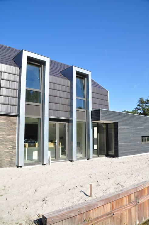 Moderne woning Oxhoofpad:  Huizen door Nico Dekker Ontwerp & Bouwkunde