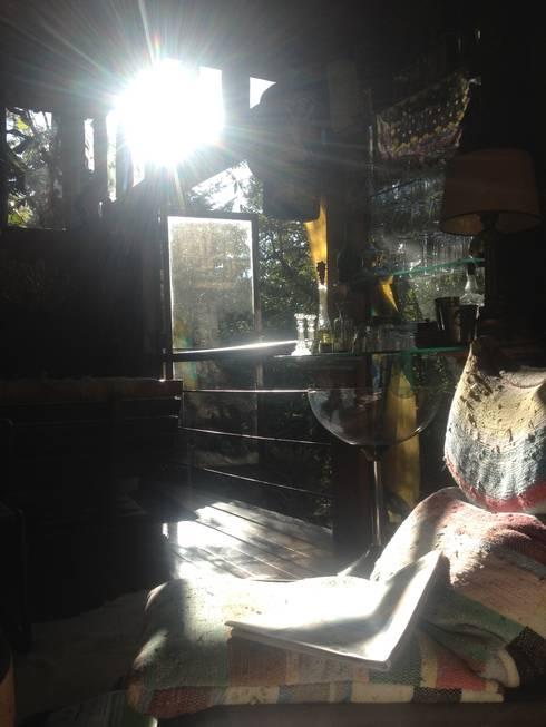 Casa Araras: Salas de estar campestres por Fernando Menezes Arquitetura