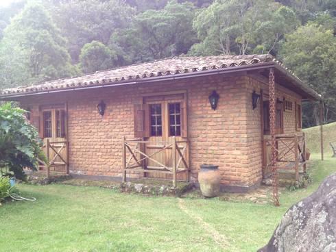 Casa Araras: Casas campestres por Fernando Menezes Arquitetura
