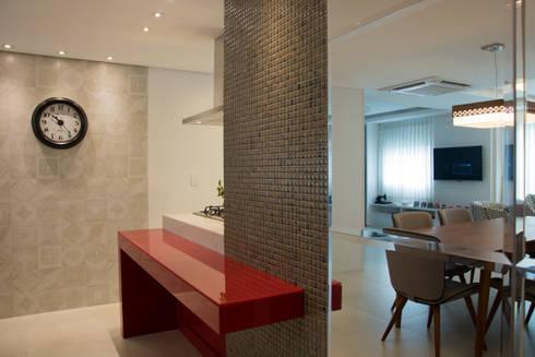 BOHRER HOUSE: Cozinhas modernas por ARQ Ana Lore Burliga Miranda