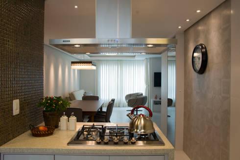 Bancada com cook top: Cozinhas modernas por ARQ Ana Lore Burliga Miranda