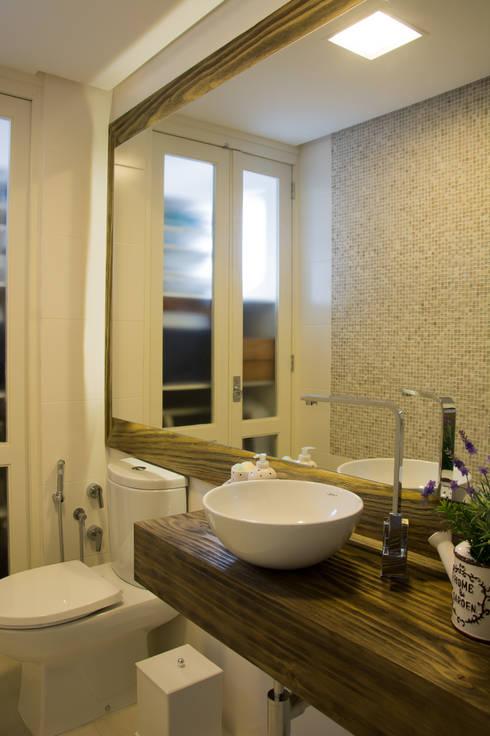 Lavabo com madeira maciça: Banheiros rústicos por ARQ Ana Lore Burliga Miranda