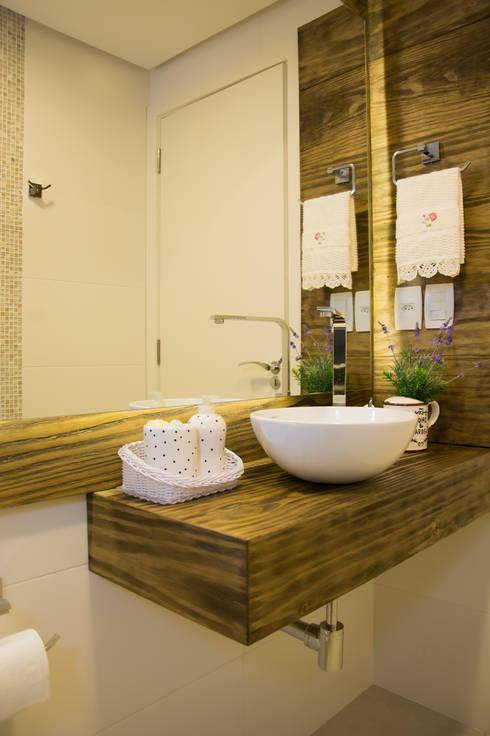 Lavabo com tampo em madeira: Banheiros rústicos por ARQ Ana Lore Burliga Miranda