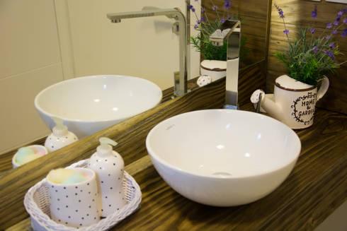 Bancada do lavabo: Banheiros campestres por ARQ Ana Lore Burliga Miranda