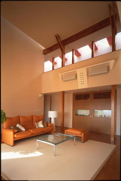 居間: Guen BERTHEAU-SUZUKI  Co.,Ltd.が手掛けたリビングです。