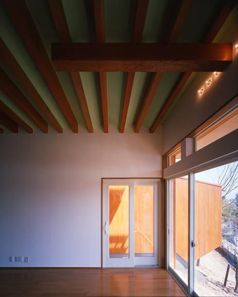 主寝室: Guen BERTHEAU-SUZUKI  Co.,Ltd.が手掛けた寝室です。