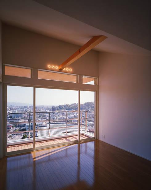 2階ゲストルーム: Guen BERTHEAU-SUZUKI  Co.,Ltd.が手掛けた寝室です。