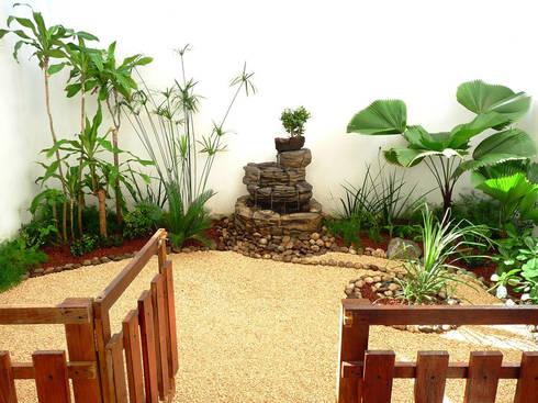 Jard n tropical muy peque o en patio con fuente y piedras for Homify jardines pequenos