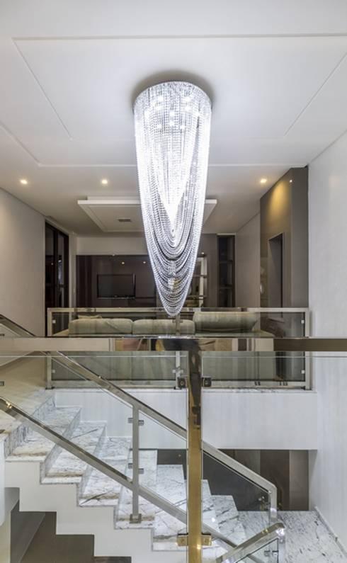 Luminária: Corredores e halls de entrada  por Marina Brasil Arquitetura