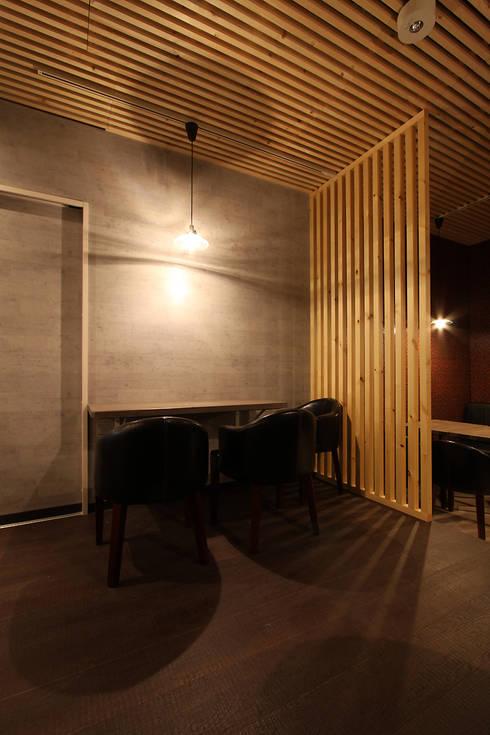 久米川駅駅前イタリアン: 株式会社ハウジングアーキテクト建築設計事務所が手掛けた壁です。