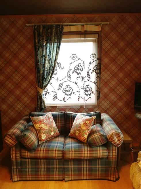 Soggiorno in stile in stile Classico di HONEY HOUSE