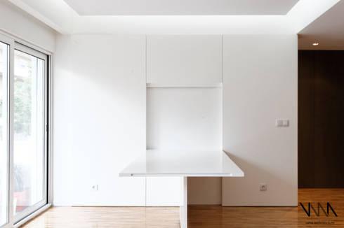 Remodelação de Apartamento Pinheiro Chagas: Salas de jantar modernas por UMA Collective - Architecture