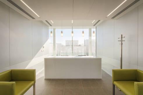 Recepção - Edifício Central : Escritórios e Espaços de trabalho  por guedes cruz arquitectos