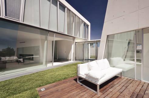 Vista Exterior: Casas minimalistas por guedes cruz arquitectos