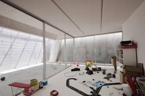 Vista Interior: Quartos de criança minimalistas por guedes cruz arquitectos