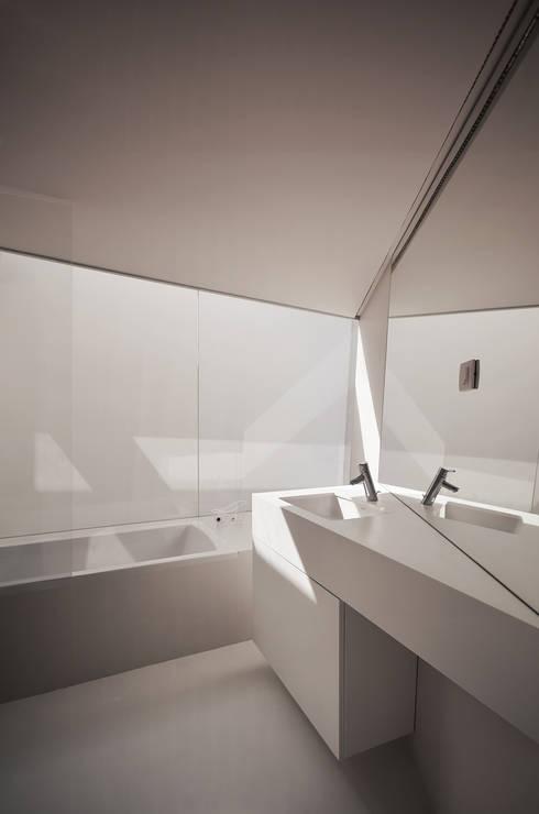 Vista Interior: Casas de banho minimalistas por guedes cruz arquitectos