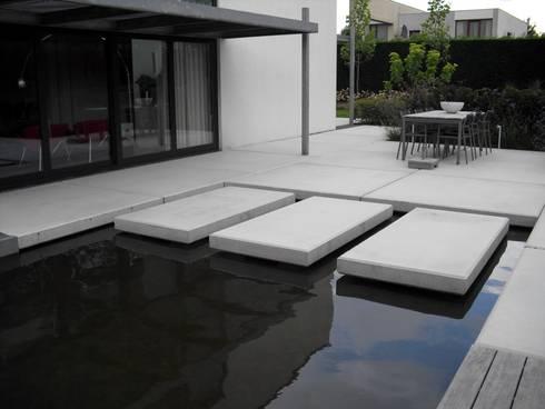 Moderne tuin met vijver en betonplaten door stoop tuinen homify - Moderne entree veranda ...