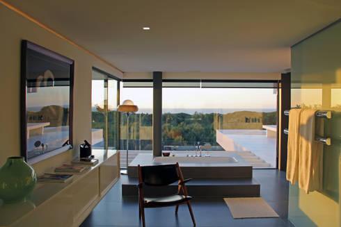 Casa de Banho com Vista: Casas de banho minimalistas por guedes cruz arquitectos