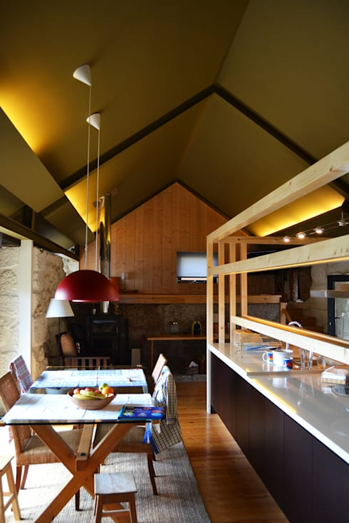Vista da nova peça sobre a ilha existente.: Cozinhas campestres por raul sousa cardoso arqt