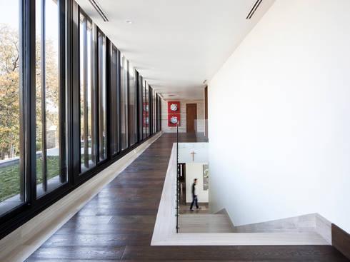 Pasarela Norte de distribución en planta alta : Pasillos y recibidores de estilo  por WRKSHP arquitectura/urbanismo