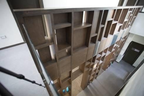 Celosia doble altura: Pasillos y recibidores de estilo  por WRKSHP arquitectura/urbanismo