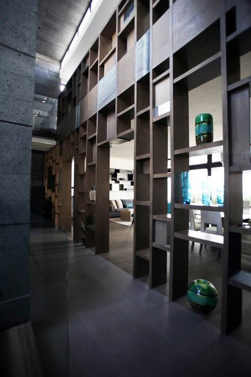 Corredores e halls de entrada  por WRKSHP arquitectura/urbanismo
