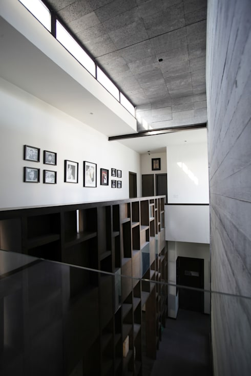 Puente hacia doble altura: Pasillos y recibidores de estilo  por WRKSHP arquitectura/urbanismo