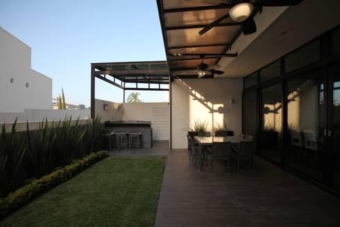 Terraza posterior : Terrazas de estilo  por WRKSHP arquitectura/urbanismo
