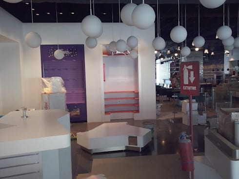 Construcción mueble de kinder sorpresa: Oficinas y tiendas de estilo  por k4bim