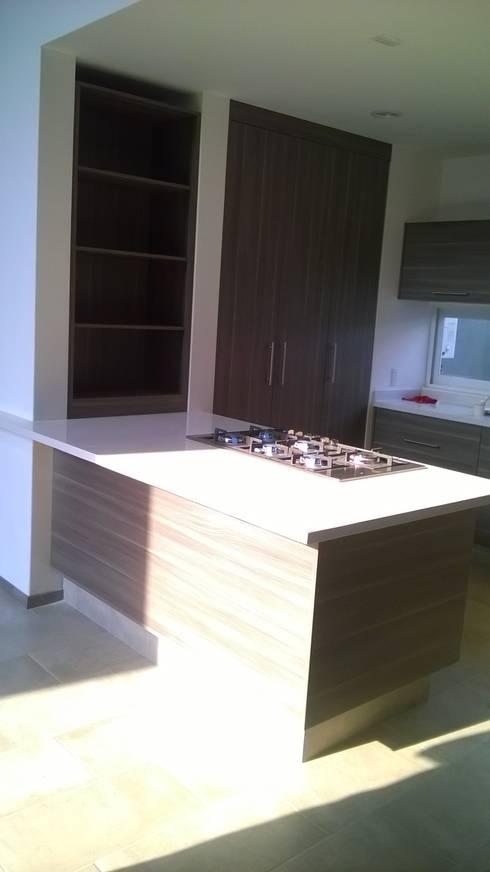 Cocina con cubierta de quarzo en tono blanco ártico : Cocina de estilo  por k4bim