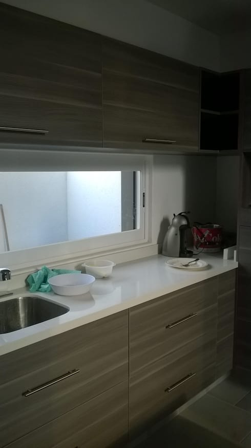 Cocina con cubierta de quarzo en tono blanco ártico :  de estilo  por k4bim